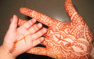 Overseas workers use henna art to share gospel